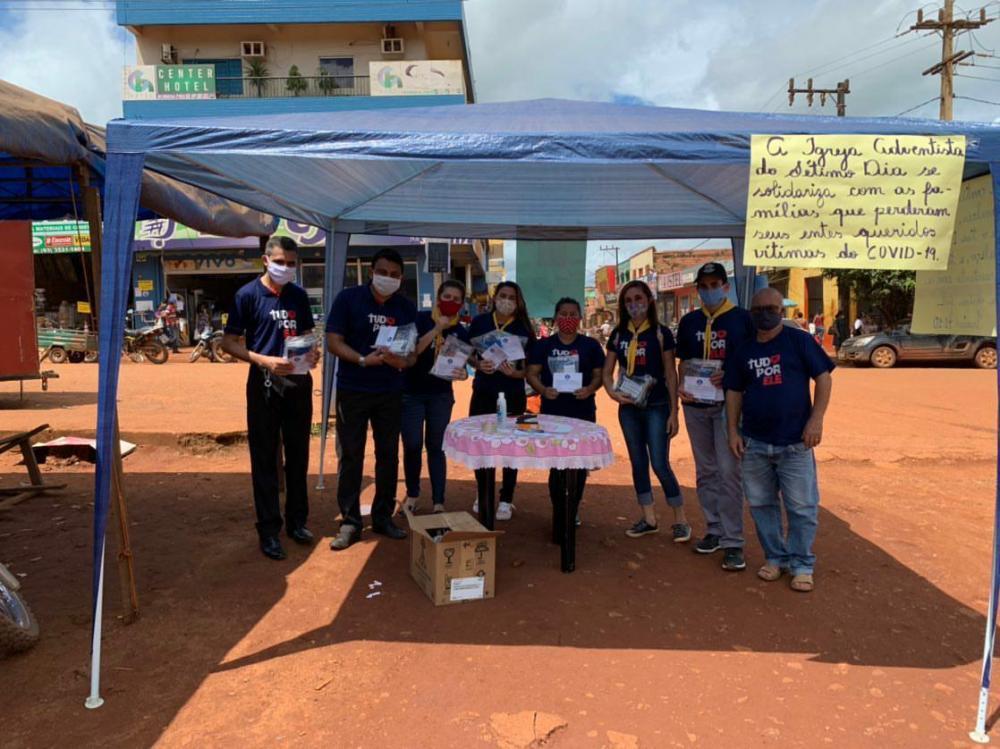 Ação social e educativa doa kits contendo mascara e livro em Medicilândia