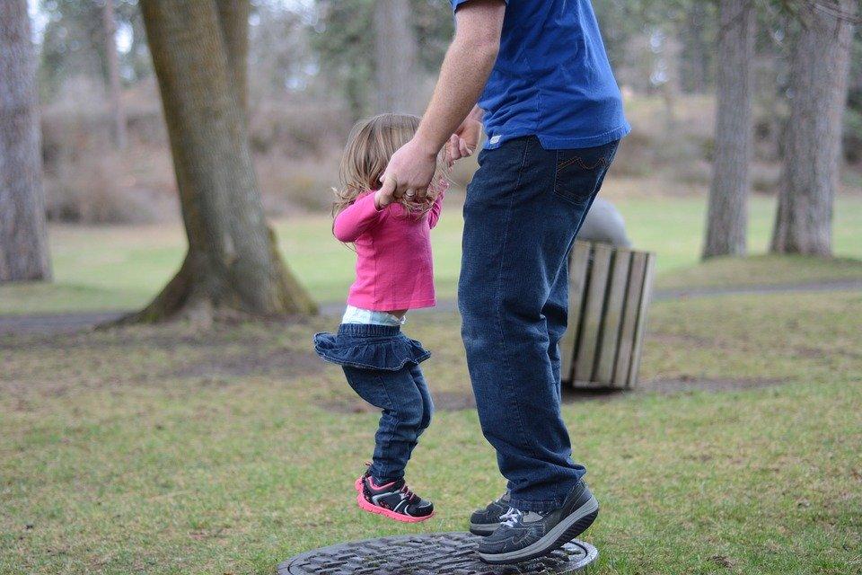 Pai e filha brincando - HRPT