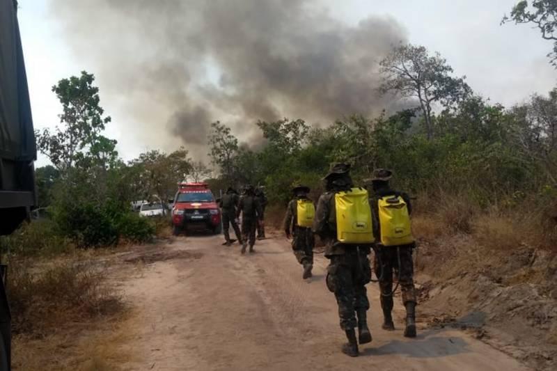 Cerca de 100 militares, brigadistas e homens do Exército atuam na região para combater as chamas / Foto: Ascom CBMPA